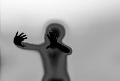 Σκιαγραφία και χέρια πίσω από τον τοίχο γυαλιού Στοκ Εικόνες
