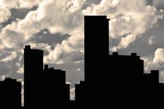 Σκιαγραφία κτηρίων και νεφελώδες υπόβαθρο ουρανού Στοκ Εικόνα