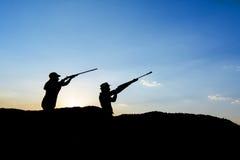 Σκιαγραφία κυνηγών Στοκ φωτογραφία με δικαίωμα ελεύθερης χρήσης