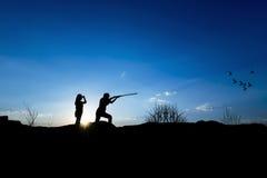 Σκιαγραφία κυνηγών Στοκ εικόνα με δικαίωμα ελεύθερης χρήσης