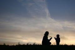 σκιαγραφία μητέρων μωρών Στοκ Φωτογραφίες