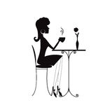 Σκιαγραφία μιας γυναίκας με ένα φλιτζάνι του καφέ ή ένα τσάι Στοκ φωτογραφία με δικαίωμα ελεύθερης χρήσης