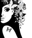 Σκιαγραφία μιας γυναίκας με τα λουλούδια και των πεταλούδων Στοκ Εικόνες