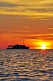 Σκιαγραφία μιας κρουαζιέρας στο ηλιοβασίλεμα Στοκ φωτογραφία με δικαίωμα ελεύθερης χρήσης