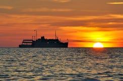 Σκιαγραφία μιας κρουαζιέρας στο ηλιοβασίλεμα Στοκ Εικόνες