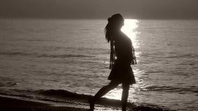 Σκιαγραφία μιας κυρίας που απολαμβάνει τη θάλασσα απόθεμα βίντεο