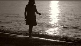 Σκιαγραφία μιας κυρίας που περπατά θαλασσίως απόθεμα βίντεο