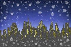 Σκιαγραφία μιας μεγάλης πόλης στα πλαίσια ενός σκοτεινού ουρανού βραδιού Τα παράθυρα στα σπίτια ανάβουν Αυτό s που χιονίζει, α απεικόνιση αποθεμάτων