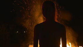 Σκιαγραφία μιας νέας γυναίκας επάνω μπροστά από την πυρκαγιά απόθεμα βίντεο