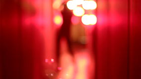 Σκιαγραφία μιας προκλητικής γυναίκας στο υψηλό dancin γ τακουνιών σε έναν μουτζουρωμένο, κόκκινο διάδρομο απόθεμα βίντεο
