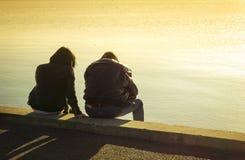 Σκιαγραφία μιας συνεδρίασης ζευγών στην παραλία Στοκ φωτογραφίες με δικαίωμα ελεύθερης χρήσης