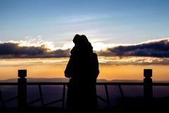 σκιαγραφία μιας όμορφης γυναίκας που στέκεται στην πανοραμική άποψη Στοκ Φωτογραφία