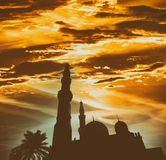 Σκιαγραφία μουσουλμανικών τεμενών agains ο λάμποντας ήλιος Στοκ εικόνα με δικαίωμα ελεύθερης χρήσης