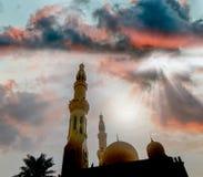 Σκιαγραφία μουσουλμανικών τεμενών agains ο λάμποντας ήλιος Στοκ Φωτογραφίες
