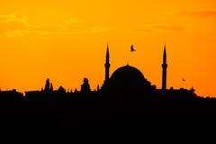 Σκιαγραφία μουσουλμανικών τεμενών στον πορτοκαλή φωταγωγό ηλιοβασιλέματος Στοκ Φωτογραφία