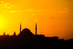 Σκιαγραφία μουσουλμανικών τεμενών στο ηλιοβασίλεμα στη Ιστανμπούλ Στοκ φωτογραφίες με δικαίωμα ελεύθερης χρήσης