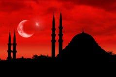 Σκιαγραφία μουσουλμανικών τεμενών ως τουρκική σημαία κατά τη διάρκεια του ηλιοβασιλέματος Στοκ Εικόνες