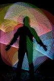 Σκιαγραφία μπροστά από το αφηρημένο υπόβαθρο freezelight στοκ φωτογραφίες με δικαίωμα ελεύθερης χρήσης