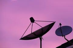 Σκιαγραφία 2 δορυφόρος στο λυκόφως Στοκ Εικόνες