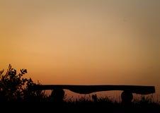 Σκιαγραφία πάγκων στο ηλιοβασίλεμα στοκ φωτογραφία