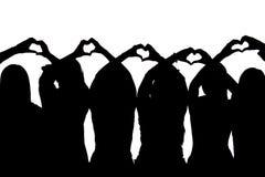 Σκιαγραφία πέντε φίλων που παρουσιάζουν καρδιές με τα χέρια τους Στοκ φωτογραφία με δικαίωμα ελεύθερης χρήσης