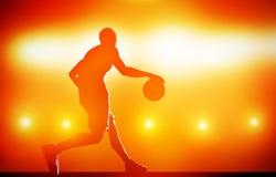Σκιαγραφία παίχτης μπάσκετ που στάζει με τη σφαίρα Στοκ Εικόνες