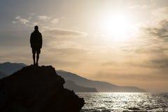 Σκιαγραφία πεζοπορίας backpacker, άτομο που εξετάζει τον ωκεανό Στοκ Εικόνες