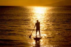 Σκιαγραφία πινάκων κουπιών ηλιοβασιλέματος Στοκ εικόνες με δικαίωμα ελεύθερης χρήσης
