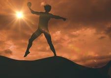 Σκιαγραφία που κάνει την πετοσφαίριση ενάντια στον ουρανό με τη φλόγα Στοκ εικόνα με δικαίωμα ελεύθερης χρήσης
