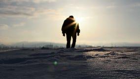 Σκιαγραφία που περπατά στο βαθύ χιόνι φιλμ μικρού μήκους