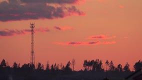 Σκιαγραφία πύργων κυττάρων ενάντια στον ουρανό βραδιού απόθεμα βίντεο