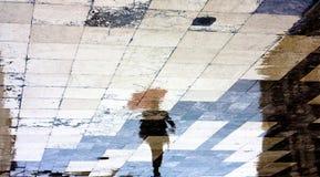 Σκιαγραφία σκιών αντανάκλασης ενός ατόμου κάτω από την κόκκινη ομπρέλα Στοκ Εικόνα