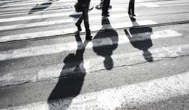 Σκιαγραφία σκιών των ανθρώπων που διασχίζουν την οδό Στοκ Εικόνα