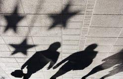 Σκιαγραφία σκιών των ανθρώπων στο πεζοδρόμιο πόλεων Στοκ Εικόνες