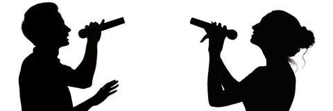 Σκιαγραφία σχεδιαγράμματος ενός ταλαντούχων τύπου και ενός κοριτσιού που τραγουδούν ένα ντουέτο σε ένα μικρόφωνο, φωνή και μουσικ στοκ φωτογραφίες με δικαίωμα ελεύθερης χρήσης