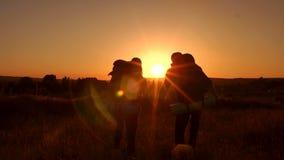 Σκιαγραφία της αγάπης του ζεύγους των τουριστών στο ηλιοβασίλεμα φιλμ μικρού μήκους