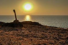 Σκιαγραφία της ακουστικής κιθάρας στο ηλιοβασίλεμα, Gokarna, Ινδία στοκ εικόνες