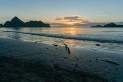 Σκιαγραφία της ανατολής στην παραλία AO Manao, Prachuap Khiri Khan υπέρ Στοκ εικόνες με δικαίωμα ελεύθερης χρήσης