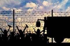 Σκιαγραφία της ανθρωπιστικής βοήθειας στους πρόσφυγες στοκ εικόνα