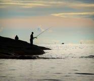 Σκιαγραφία της αλιείας δύο ατόμων Στοκ φωτογραφία με δικαίωμα ελεύθερης χρήσης