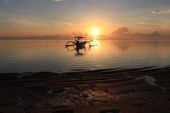 Σκιαγραφία της βάρκας ενάντια στον ουρανό ανατολής Στοκ φωτογραφία με δικαίωμα ελεύθερης χρήσης