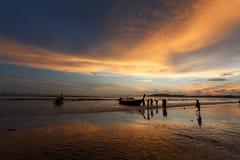 Σκιαγραφία της βάρκας και των ανθρώπων ενάντια στον ουρανό ηλιοβασιλέματος Στοκ Φωτογραφία