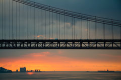 Σκιαγραφία της γέφυρας και της θάλασσας Λισσαβώνα Στοκ Εικόνα