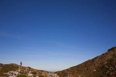 Σκιαγραφία της γυναίκας που τρέχει κατά μήκος της κορυφογραμμής Στοκ εικόνα με δικαίωμα ελεύθερης χρήσης