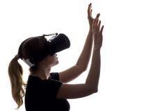 Σκιαγραφία της γυναίκας στην εικονική πραγματικότητα γυαλιών Στοκ εικόνα με δικαίωμα ελεύθερης χρήσης
