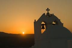 Σκιαγραφία της εκκλησίας Άγιος Antony στο νησί Paros ενάντια στο ηλιοβασίλεμα Στοκ εικόνες με δικαίωμα ελεύθερης χρήσης
