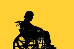 Σκιαγραφία της εκτός λειτουργίας ηλικιωμένης συνεδρίασης γυναικών στην αναπηρική καρέκλα της στοκ φωτογραφίες με δικαίωμα ελεύθερης χρήσης