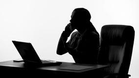 Σκιαγραφία της ενοχλημένης επιχειρηματία που μιλά στο τηλέφωνο, που υποστηρίζει με τους συνεργάτες απόθεμα βίντεο