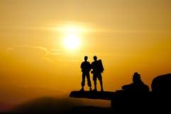 Σκιαγραφία της επιτυχίας γυναικών στο τοπ βουνό στο ηλιοβασίλεμα, εκλεκτική Στοκ Φωτογραφία