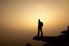 Σκιαγραφία της επιτυχίας γυναικών στο τοπ βουνό στο ηλιοβασίλεμα, εκλεκτική Στοκ φωτογραφία με δικαίωμα ελεύθερης χρήσης